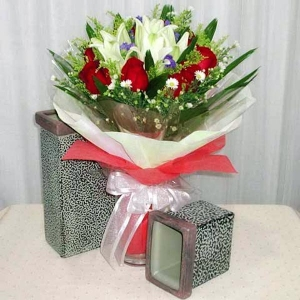 5 Lily with 8 Red Roses Handbouquet