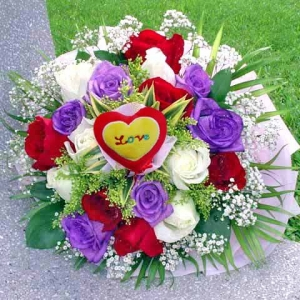 6 Purple 6 Red 6 White Roses Handbouquet with Love Tag at Center