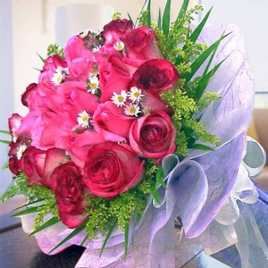 12 Bandon Pink 12 two-tone Red Roses Handbouquet--need 1 day adv