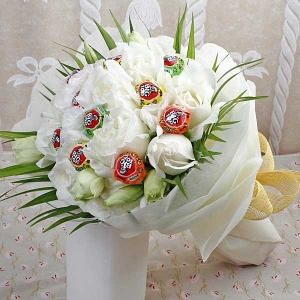 10 White Roses & 10 Lollipop Candies Hand Bouquet